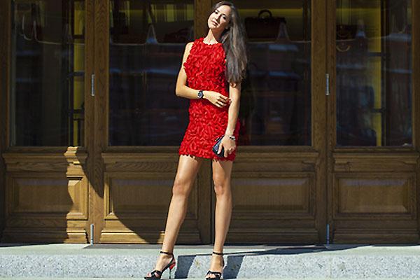 6a1e67a32acbad Granatowe dodatki do czerwonej sukienki